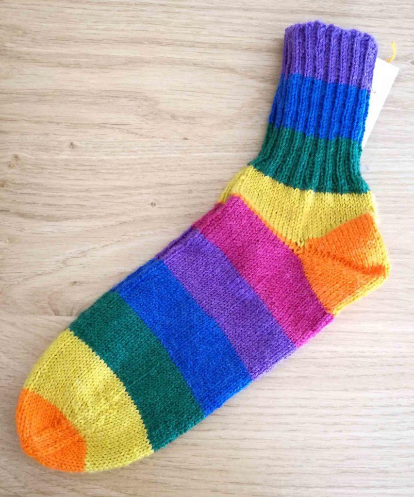 Socken Grösse 38/39 . 4fach € 36,-- . 12h Handarbeit 75% Öko Schurwolle 25% Polyamid NEU Regenbogenwolle . diese Wolle hab ich auch in 6fach . etwas dicker